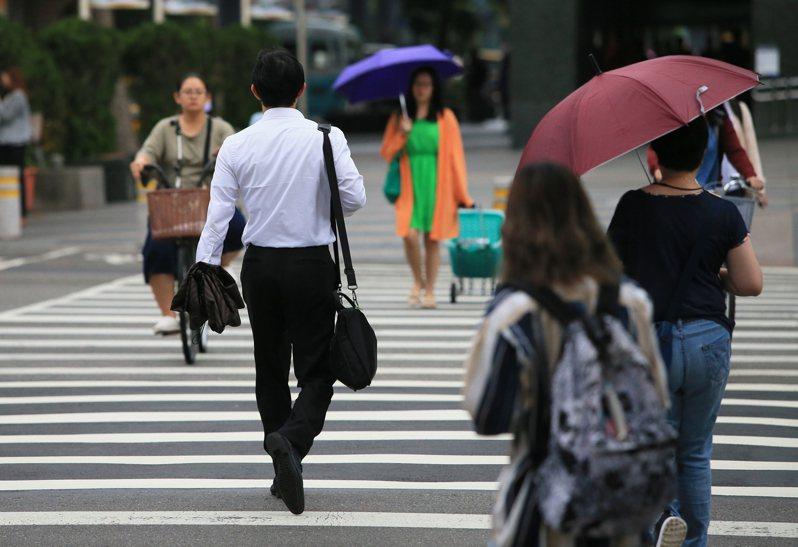 勞動部公告修正勞工保險投保薪資分級表,預估影響勞保288萬人、就保107萬人。 本報系資料庫