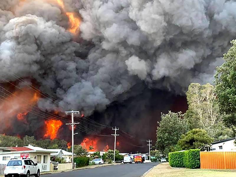 若澳洲政府不正視氣候變遷,可能讓經濟萎縮。圖為澳洲森林大火。(網路截圖)