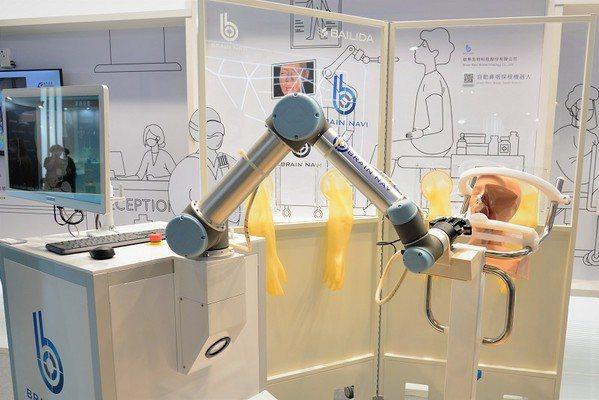 圖1 : 在近期舉行的「台灣國際醫療暨健康照護展」上,可見台灣多家資通訊(ICT)業者跨足醫療,帶來創新解決方案。(攝影:陳念舜)