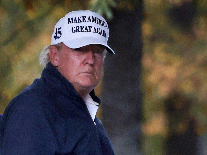 美國總統川普得知多家媒體宣布拜登當選後,神情凝重從維吉尼亞州的自家高球場返回白宮,神情凝重。路透