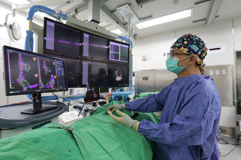 亞洲大學附屬醫院心律不整醫療團隊醫師莊傑貿指出,心房顫動是最常見的心律不整提升1.5至3.5倍死亡率。圖/亞洲大學附屬醫院提供