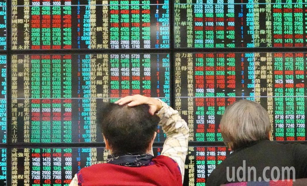 美股大漲834.57點,但台股並沒有跟進大漲,號子裡看盤的投資人議論紛紛,直呼台...