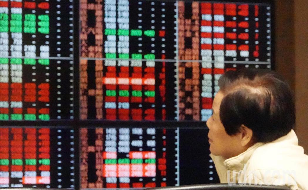 美股大漲834.57點,但台股並沒有跟進大漲,號子裡看盤的投資人議論紛紛,一開盤...