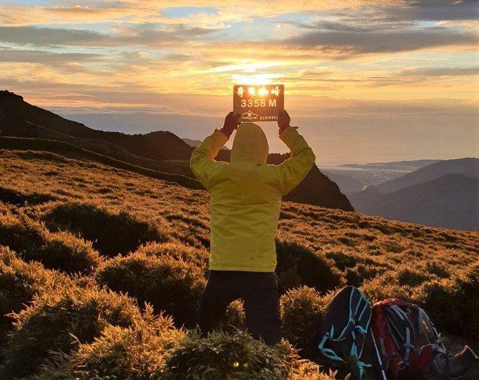 山友把握奇萊南峰日出的金色草原大景,趕緊拍照留念。圖/黃姓山友提供