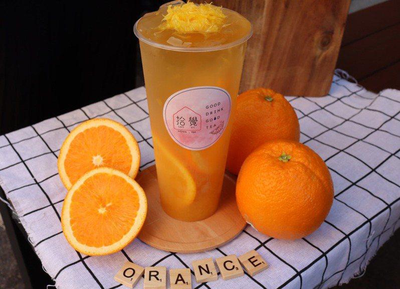 少女熱愛的水果系飲品「柳橙果粒茶」。圖/拾覺 提供