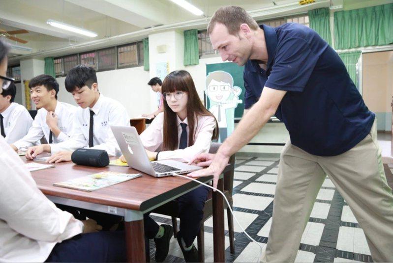 教育部長潘文忠今天到立法院做施政報告,提及「雙語國家」政策,預計110年起擴大培育職前及在職教師,預計每年培育1500名雙語師資。圖/台北市教育局提供