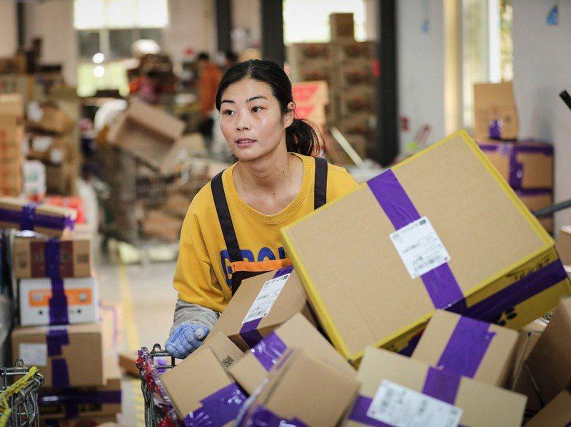 中國江蘇省連雲港市一處倉庫的倉儲員工正為雙十一備戰。法新社
