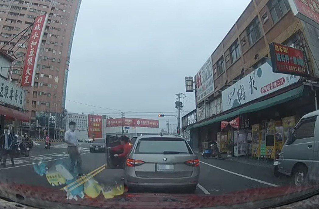 高雄市岡山區一位男駕駛利用停等紅綠燈時間差,在快車道下車、穿越車道到對面買早餐。...