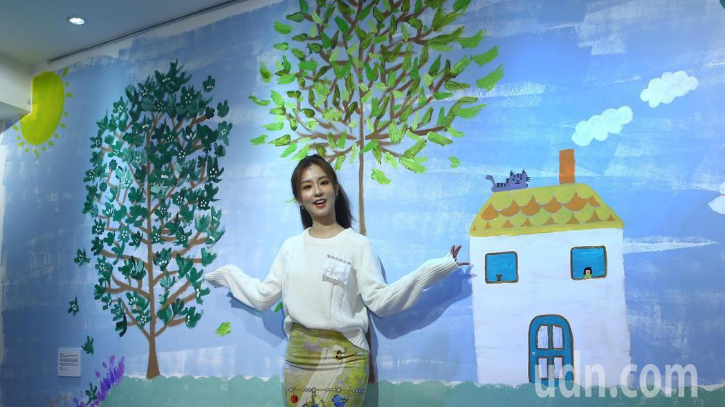 育成基金會心智障礙者繪畫成果展邀請擁有藝人周曉涵為得獎作品成果展投入牆壁彩繪創作...