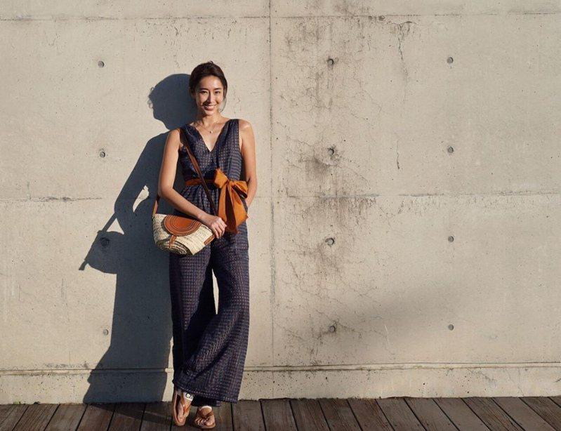 隋棠搭襯Chloé Marcie側背編織包18,500元、Chloé Woody人字拖鞋14,100元。圖/取自IG