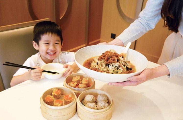 六福攜手7-11及全聯,指定預購開賣客棧經典名菜。圖/六福旅遊集團提供