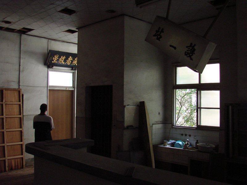 杏林醫院大樓廢棄多年,中庭旁護理站還有許多病歷資料。圖/聯合報系資料照片