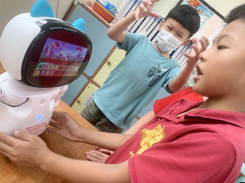 桃園市龜山區大坑國小納雙語學校推動雙語教學,學生數回流成長,應用機器人進行雙語創客課程,學生邊學邊玩學英語不枯燥。圖/林惠萍提供