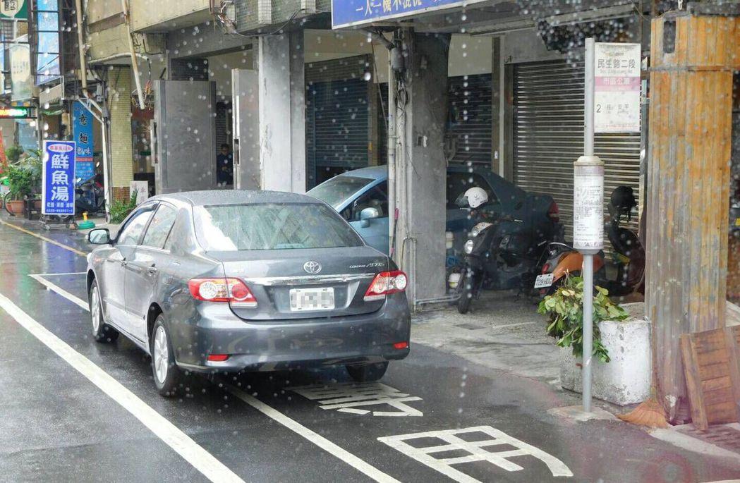 台南市交通局指出,汽車停放在公車停靠區不僅危害候車民眾安全,也讓公車無法進入站區...