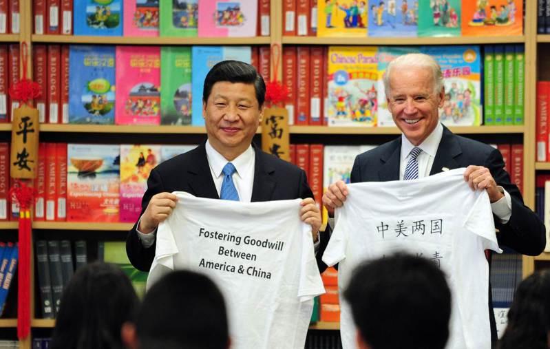 習近平2012年以中國國家副主席身分訪美時,與當時擔任副總統的拜登一同接受洛杉磯附近學生贈送的T恤,T恤上寫著「中美兩國友誼長青」。法新社