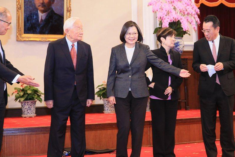 蔡英文總統(中)上午舉行記者會,宣布再次邀請台積電創辦人張忠謀(左二)代表台灣出席亞太經合會。記者潘俊宏/攝影