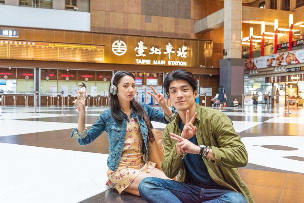 林哲熹(右)、李沐(左)在「青春弒戀」裡有場戲在台北車站大廳內拍攝,互動火花四射