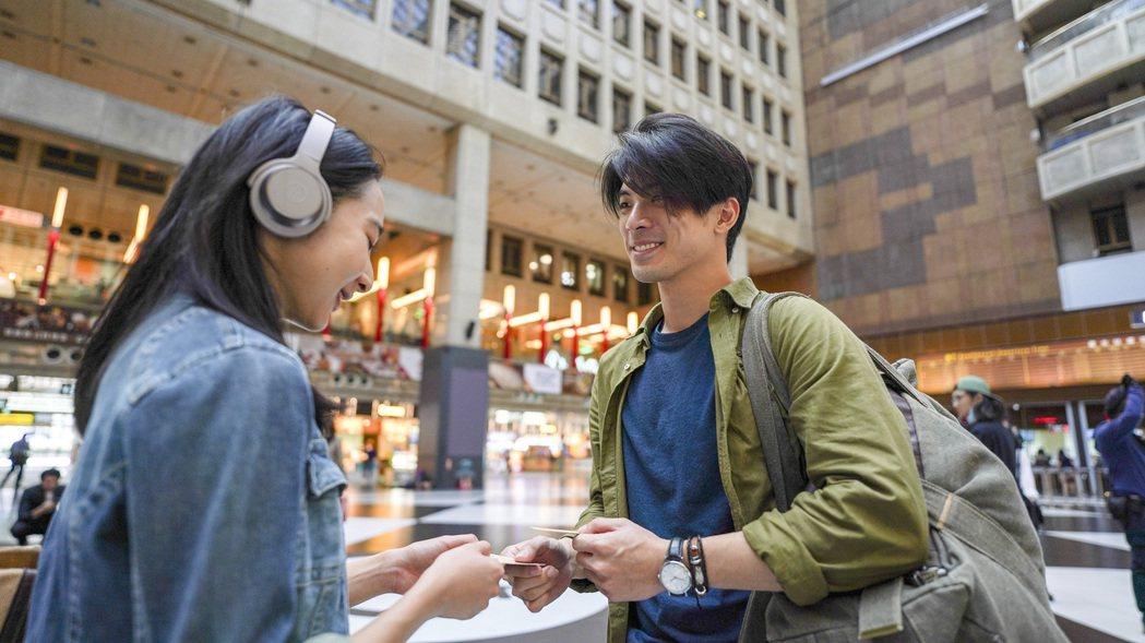 林哲熹(右)、李沐(左)在「青春弒戀」裡有場戲在台北車站大廳內拍攝,互動火花四射...