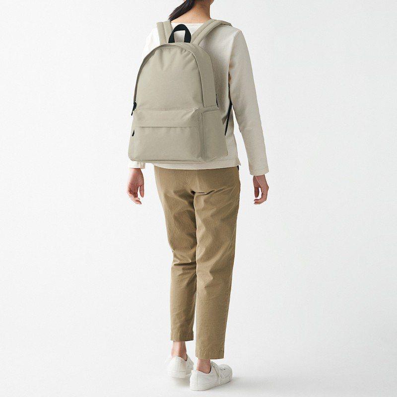 可減輕肩膀負擔撥水加工聚酯纖維後背包原價990元,使用可減輕肩膀負擔的肩背軟墊,附有可收納筆電的內袋,可加掛固定於拉桿箱設計。圖/無印良品提供
