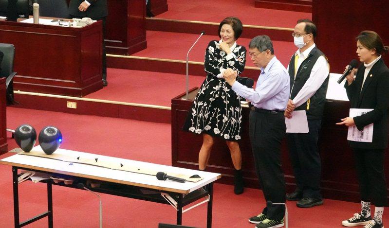 台北市議員鍾沛君(右)昨天質詢,請市長柯文哲測試高瓦數雷射筆射氣球,由於威力強大,柯文哲表示簡直是武器。記者曾吉松/攝影