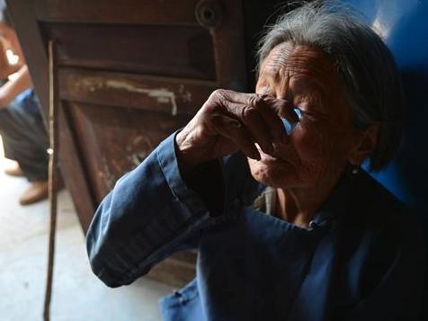 宣稱能治白內障的眼藥水,讓不少患者將病症拖到了出現青光眼、葡萄膜炎等嚴重併發症,最終真的變成失明。圖/取自今日頭條