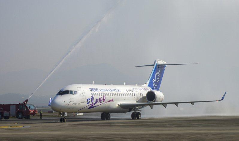 重慶江北國際機場停機坪上,中國商飛交付華夏航空的首架ARJ21飛機通過水門。  新華社