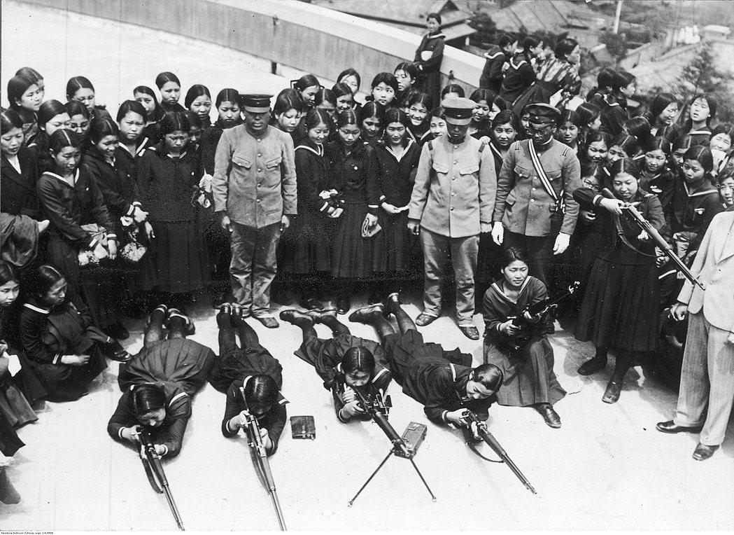 日本中學女生接受射擊訓練。但歷史事實證明,美日兩國在正規軍隊上的實力差距,讓「國民義勇戰鬥隊」根本沒有發揮餘地。 圖/維基共享