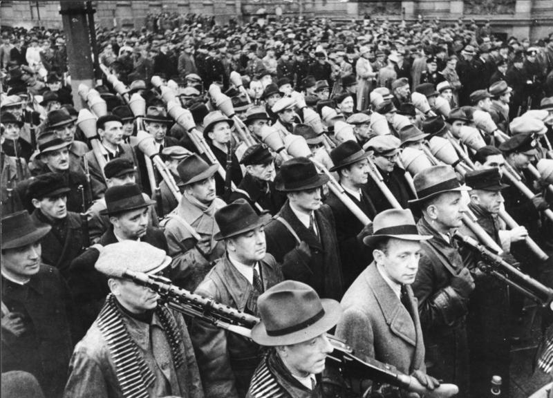 二戰末期德國國民突擊隊,連制服都湊不齊,戰力可想而知。 圖/維基共享
