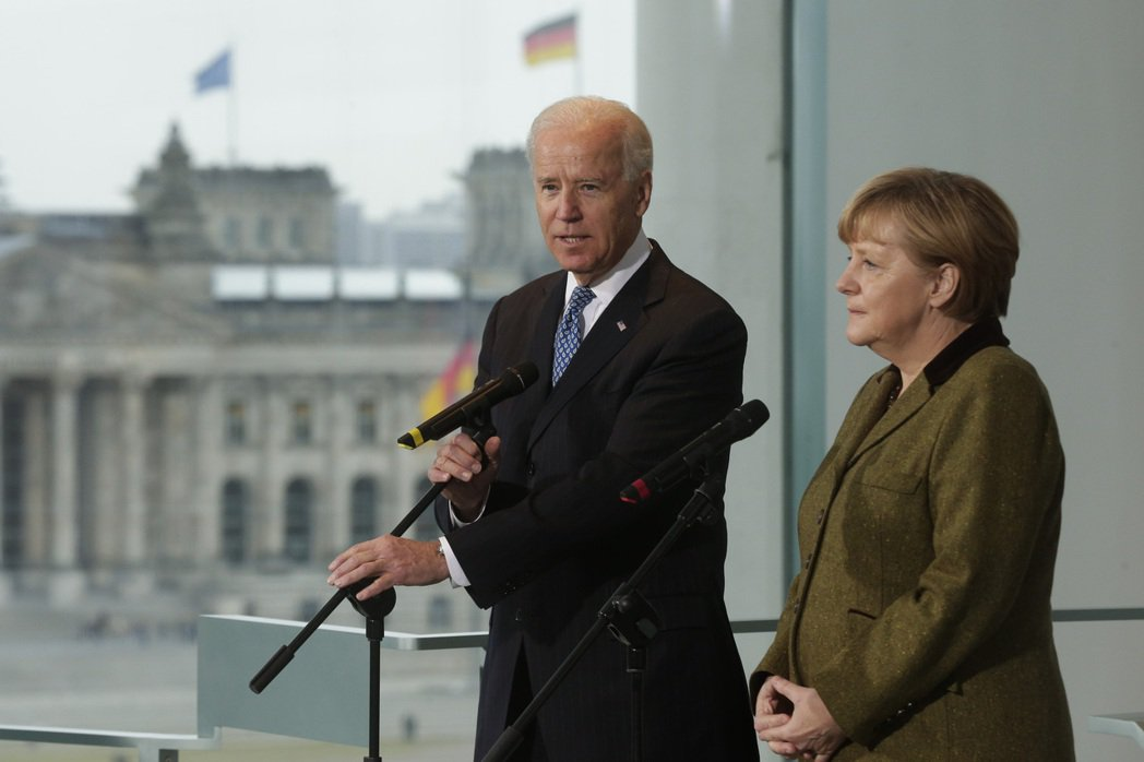 2013年,時任美國副總統拜登與德國總理梅克爾合影。 圖/美聯社