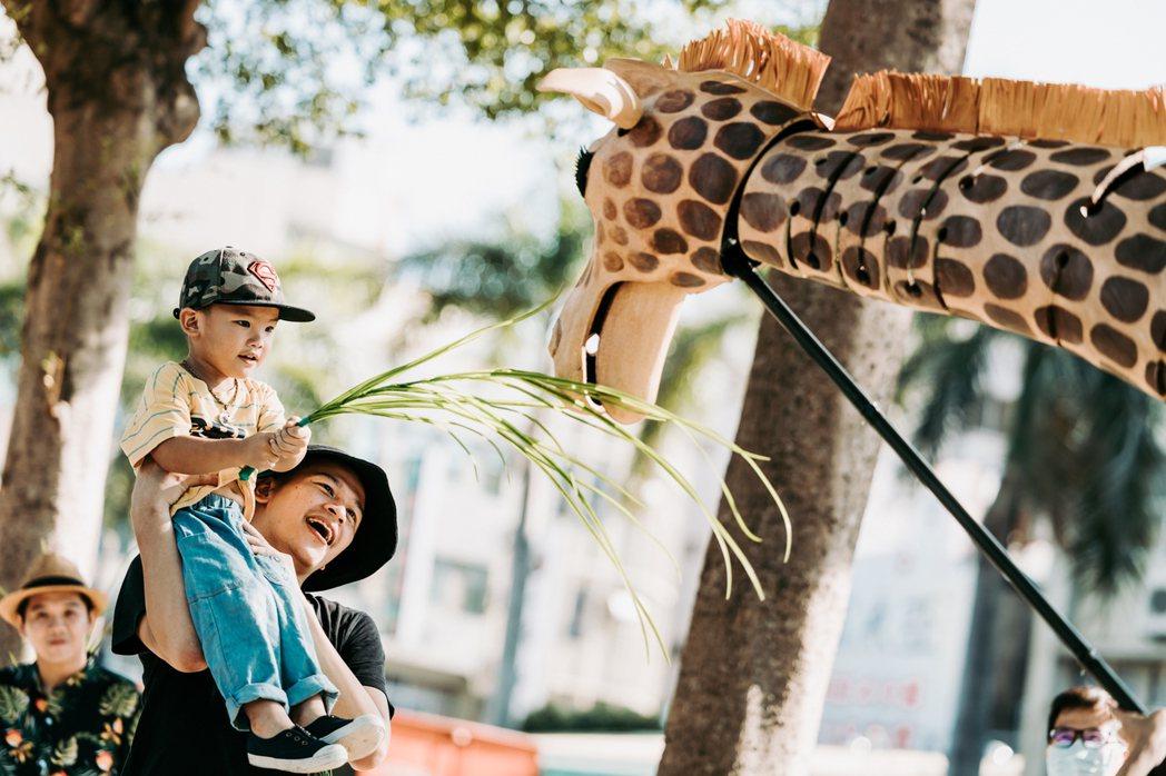 台灣設計展戶外展演,落跑長頸鹿。獨有偶工作室劇團。圖/星合有限公司提供