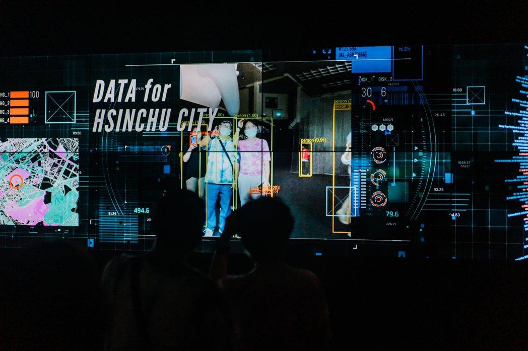 台灣設計展主題館《走進新竹終端機》,看見新竹完善的地理分析與交通監視系統,分析人...