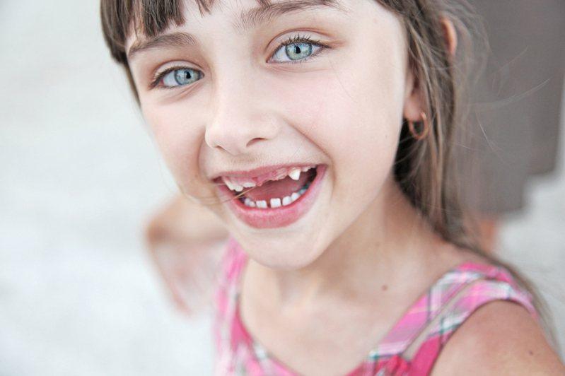 當你夢到掉牙的夢,可以思考:「最近生活什麼讓你有失控感?」另外也可以看掉的是哪種類的牙來做更細緻區辨。圖片來源:ingimage