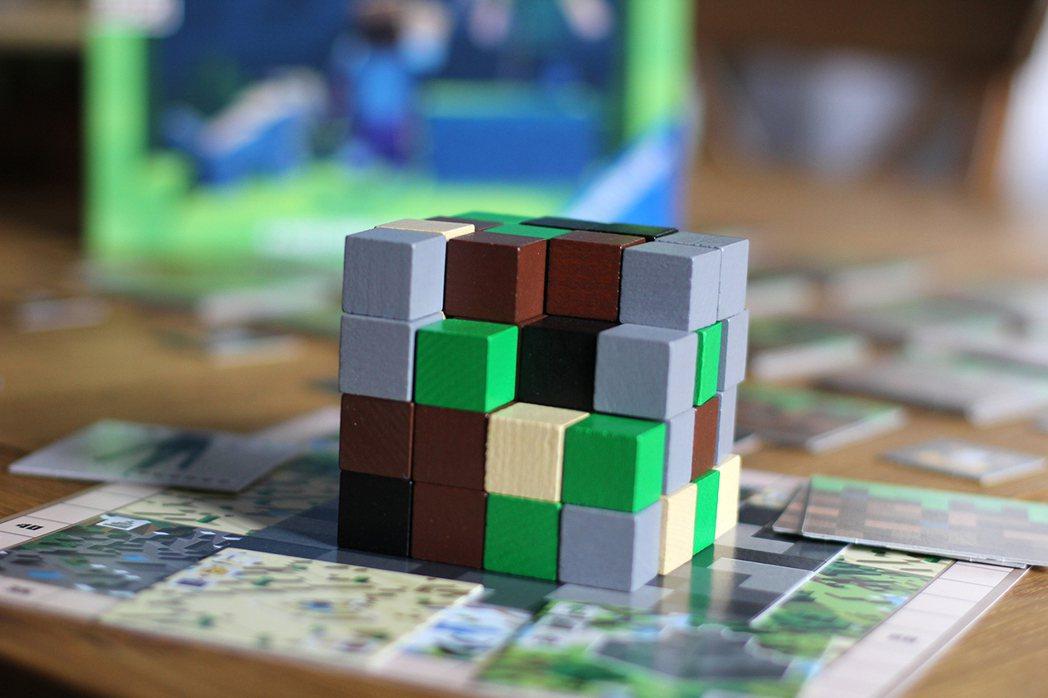 中央的4*4*4的立方體積木模擬遊戲中的挖礦/照片由Hon vs Alex授權使...