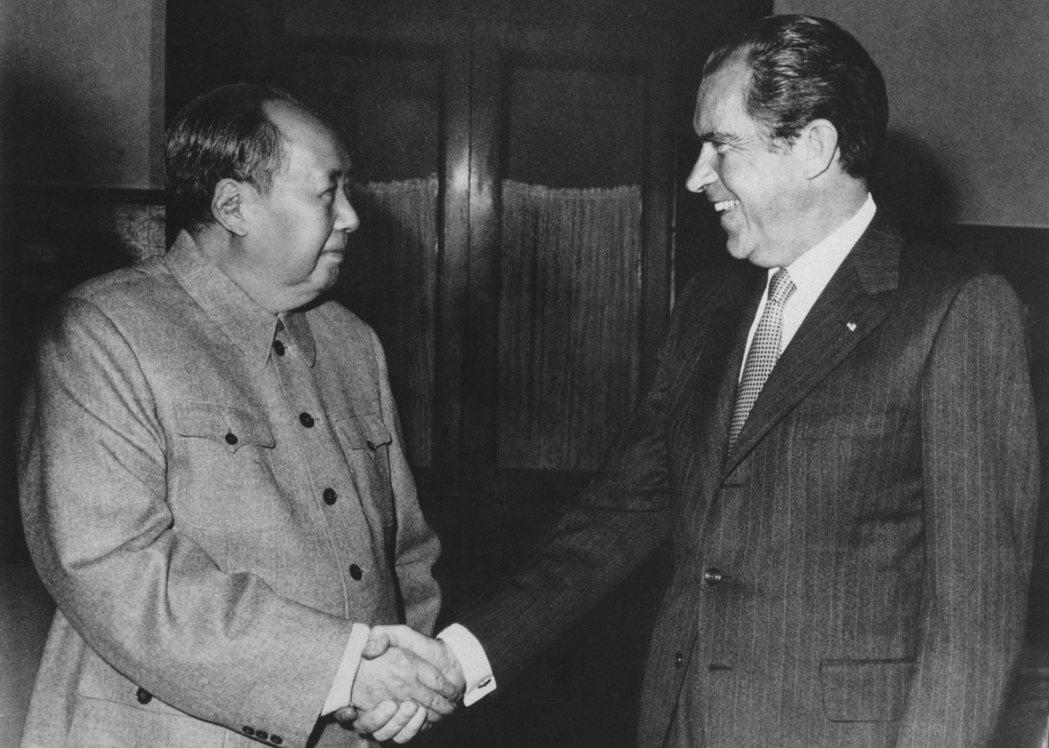 中國從《上海公報》開始,先承諾和平解決兩岸問題,以換取美國持續「一中政策」。圖為1972年毛澤東會見尼克森。 圖/美聯社