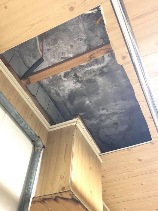 一名女網友日前看中一間新北二手公寓,看房時仲介主動告知天花板有漏水之情事。 圖/...