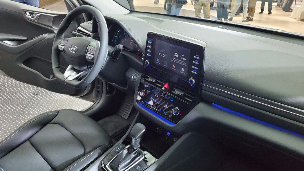 8吋懸浮式主機搭載動態能源管理系統,並支援Apple Carplay/Andro...