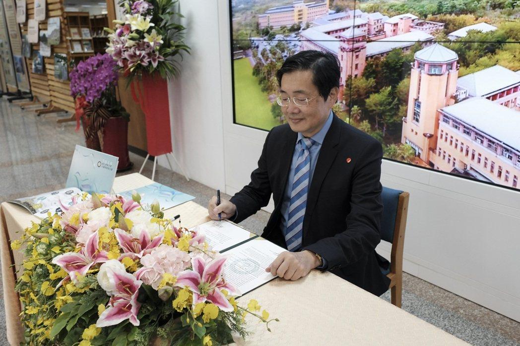 趙校長簽署永續發展目標宣言。 東華大學/提供。