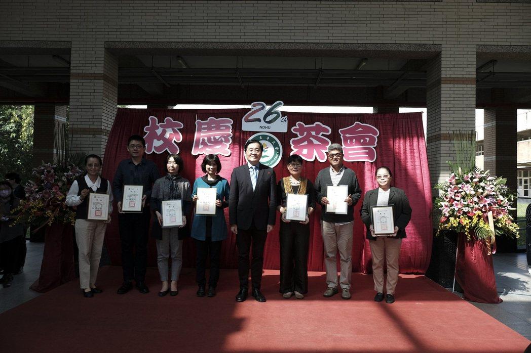 趙校長表場校級優良導師典範獎。 東華大學/提供。