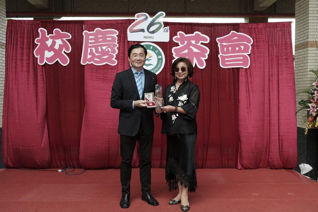 趙校長致贈「忠興織造廠股份有限公司」郭元瑾董事長感謝狀。 東華大學/提供。