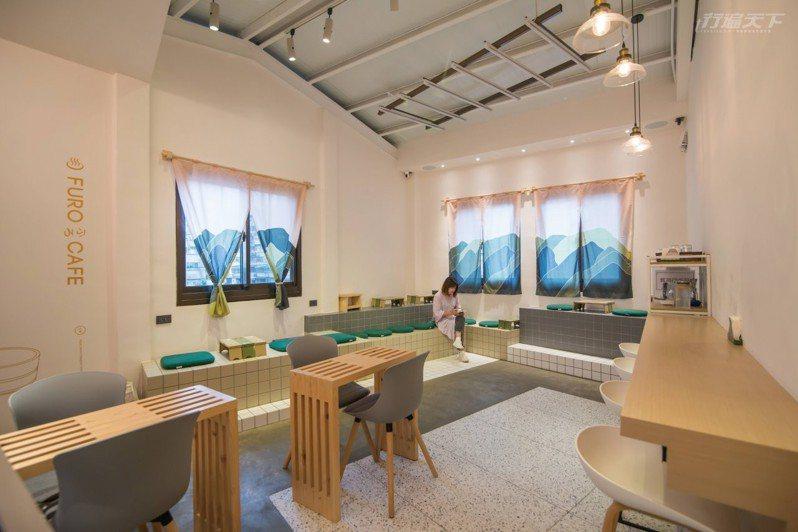 咖啡浴如同日式澡堂的氣息,空間裝飾大量融合店主人陳小凱每年去日本十幾趟的收藏,並請設計師朋友巧思設計LOGO、MENU、暖簾、購物袋等等細節物品。