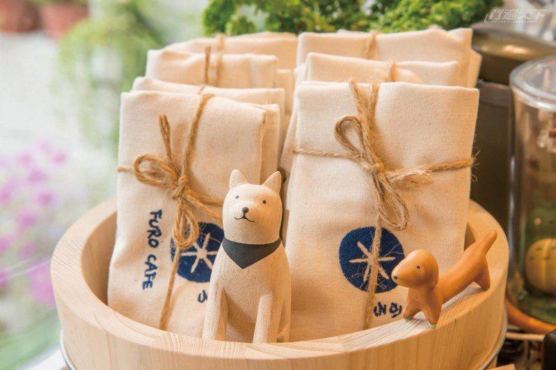 日式澡堂會出現的木盆,在這裡是承裝餐點、商品的餐盤。