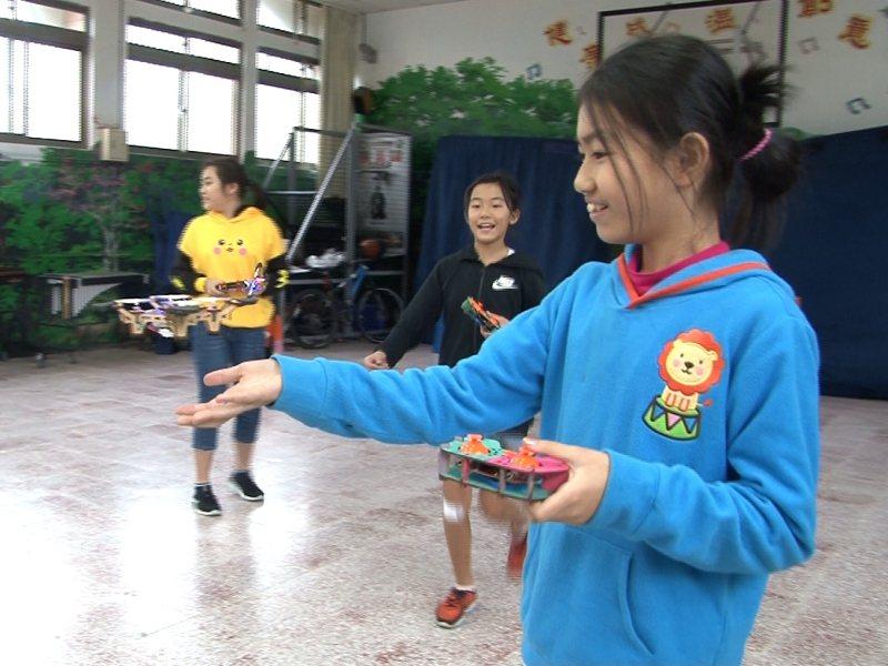 雙溪區柑林國小學生僅八人,學生用木製材料包組裝無人機,並透過遙控器自由操作飛行,孩子玩得不亦樂乎。 圖/觀天下有線電視提供