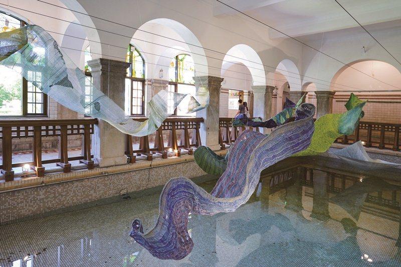 大浴池藝術裝置「蘊藏」,充滿氣勢卻也柔美優雅。 攝影/王大偉
