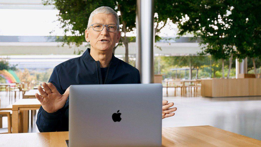 蘋果執行長庫克介紹新筆電產品。 (路透)