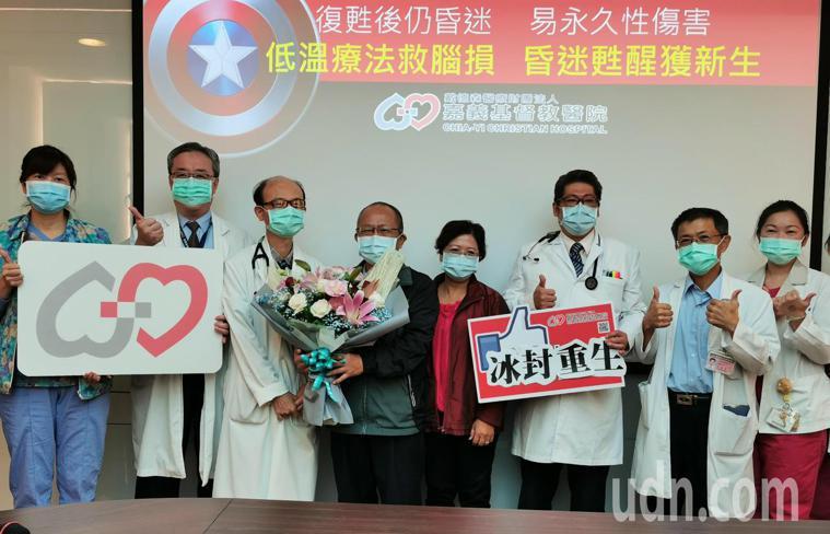 嘉基醫療團隊及吳濬宇(右三)醫師,今天召開低溫療法救腦損記者會。記者卜敏正/攝影