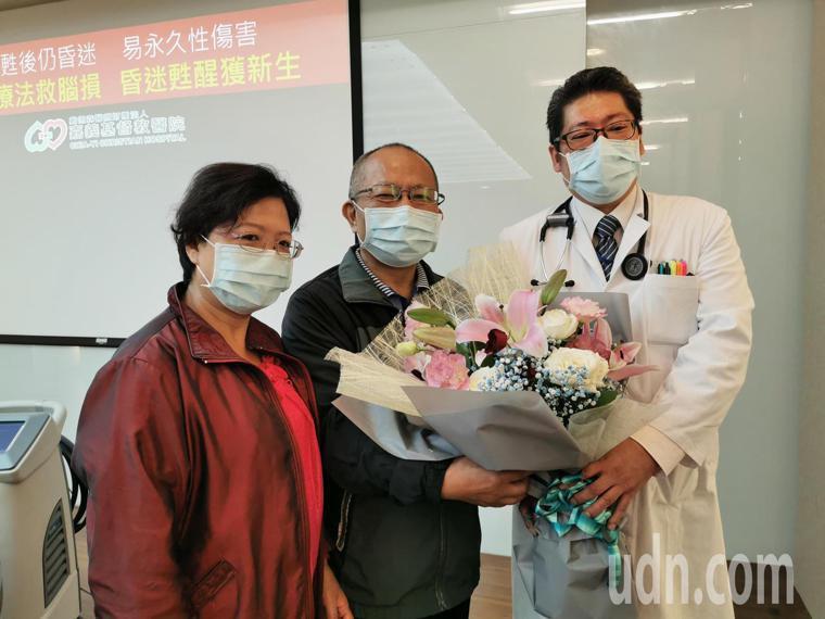 郭振瑞(中)感謝嘉基醫療團隊及吳濬宇醫師,用低溫療法幫助他恢復健康。記者卜敏正/...