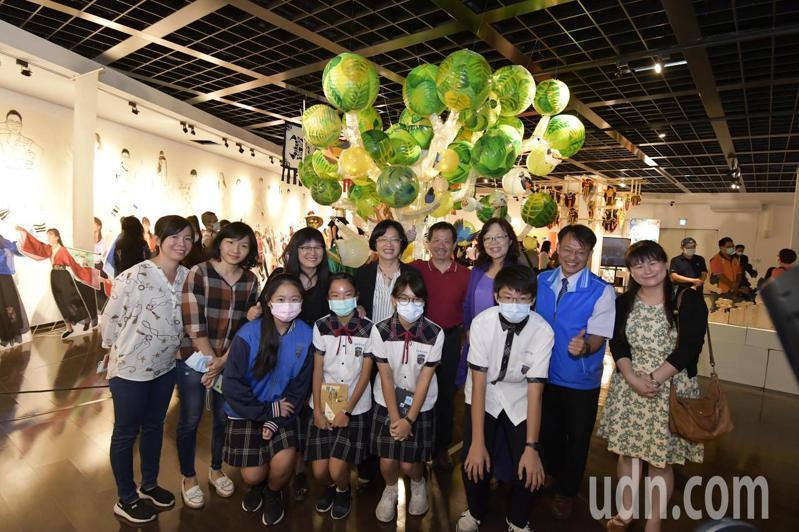 彰化藝術高中等7校美術班在縣立美術館舉辦「創藝彰美」聯合美展,也透過藝術家入校指導,從在地文化產業出發,展現多元創作風格。記者林宛諭/攝影