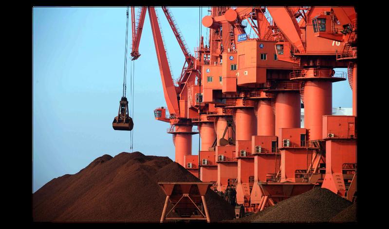 圖為山東青島港,吊車正在鐵礦石碼頭卸載鐵礦石。新華社