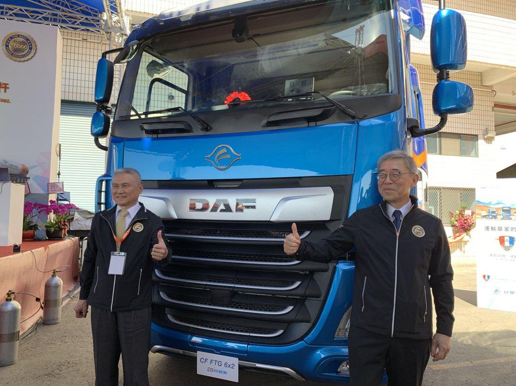 台塑汽車董事長陳勝光(左)與台塑集團管理中心常委王文潮(右)。記者林海/攝影