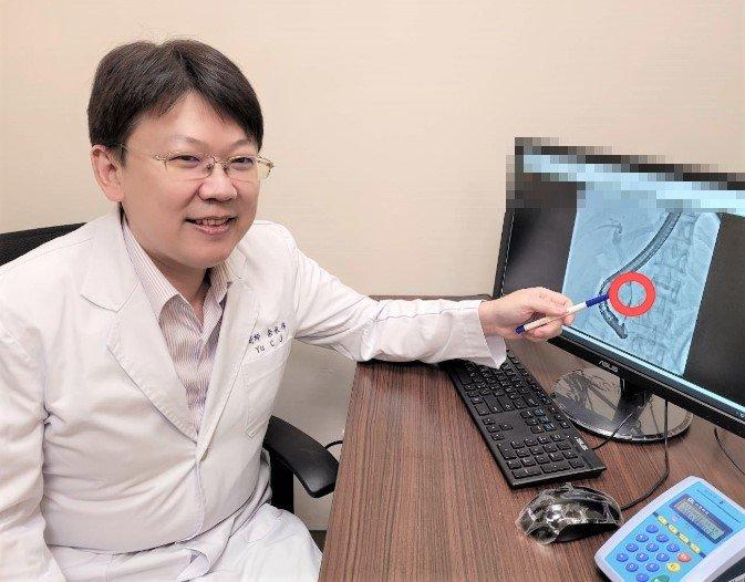長安醫院肝膽腸胃科醫師余承儒指出,阻塞性黃疸除常見的膽管結石外,惡性腫瘤也是原因之一。圖/長安醫院提供